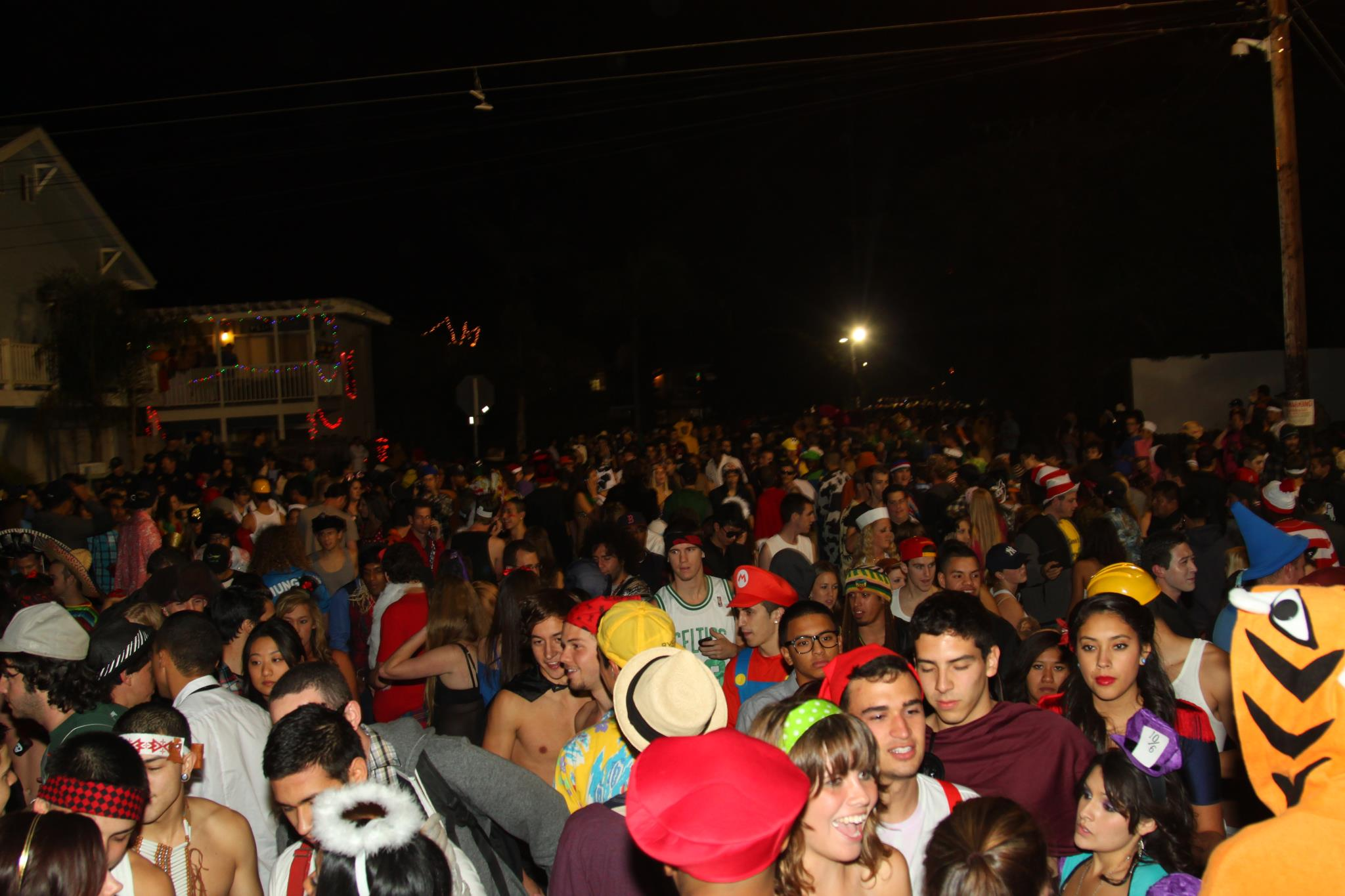 video: students celebrating halloween 2011 in the streets of isla